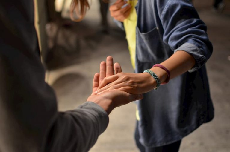 Ho,bre y mujer dándole la mano en la calle